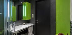 Nekonvenční řešení koupelny a kuchyně v panelákovém bytě